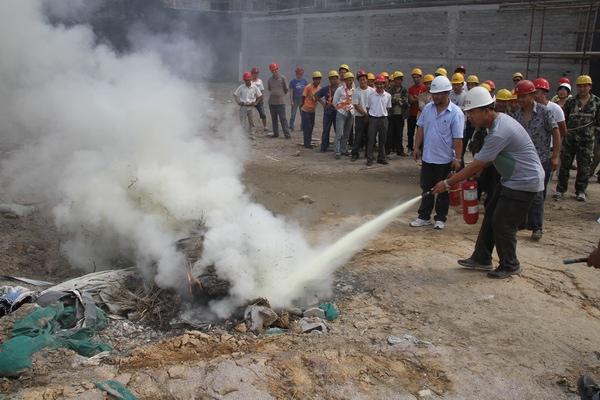 南湖壹号施工现场举行 建筑工地消防演练及逃生训练